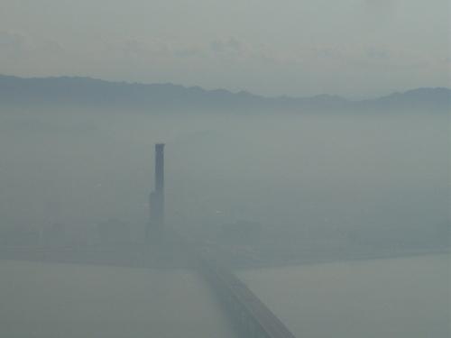 霧にかすむりんくうゲートタワー